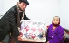 Đồng chí Lê Hồng Sơn tặng quà gia đình mẹ Việt Nam anh hùng