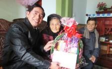 Đồng chí Phan Tiến Hải tặng quà Mẹ Việt Nam Anh Hùng