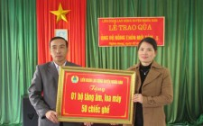 Liên đoàn Lao động huyện trao hỗ trợ trang thiết bị cho nhà văn hoá thôn