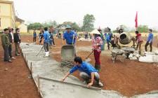 Huyện Đoàn Nghĩa Đàn làm sân bóng chuyền cho 2 xã đăng ký về đích NTM năm 2016