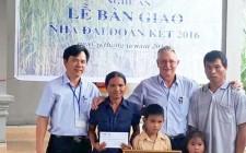 Bàn giao nhà đại đoàn kết cho gia đình hộ nghèo