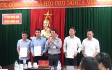 UBND huyện Nghĩa Đàn trao quyết định tuyển dụng công chức cấp xã năm 2017