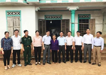 Phó Bí thư Tỉnh ủy Nguyễn Văn Thông thăm hỏi, tặng quà gia đình chính sách tại Nghĩa Đàn