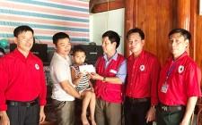 Trao tiền hỗ trợ cho bệnh nhân mắc bệnh hiểm nghèo