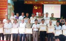 Nghĩa Hưng trao tặng huy hiệu 45 năm tuổi đảng
