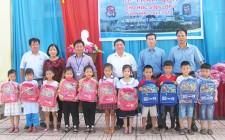 NASU tặng quà cho học sinh bước vào lớp 1 xã Nghĩa Liên