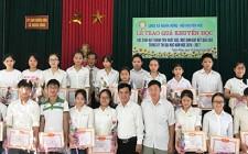 Nghĩa Hồng tuyên dương học sinh có thành tích xuất sắc tiêu biểu năm học 2016 - 2017