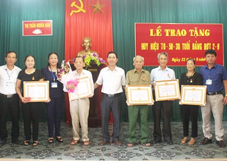 Trao tặng huy hiệu 70 năm tuổi đảng