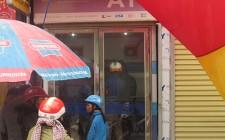Người dân chờ đợi để rút tiền ở các cây ATM