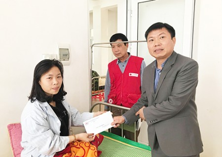 Lãnh đạo UBND huyện Nghĩa Đàn thăm và tặng quà các bệnh nhân đang điều trị tại trung tâm Y tế