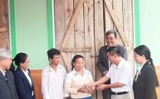 Bàn giao nhà Đại đoàn kết cho gia đình bà Lô Thị Quân