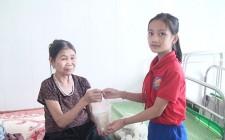 Lần đầu tiên học sinh Tiểu học thực hiện chương trình nồi cháo nhân ái