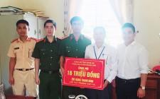 Trao tiền hỗ trợ cho học sinh bị nhiễm trùng đường máu