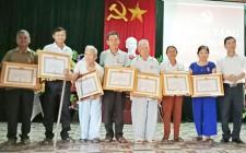 Nghĩa Hưng trao tặng Huy hiệu Đảng cho đảng viên cao tuổi
