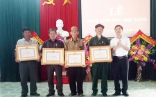 Nghĩa Lộc trao Huy hiệu 70 năm tuổi Đảng cho đảng viên lão thành cách mạng