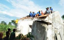 Đoàn viên thanh niên sửa chữa nhà cho gia đình chính sách
