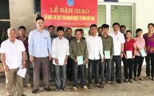 BHXH huyện Nghĩa Đàn bàn giao sổ BHXH, thẻ BHYT cho người lao động tại doanh nghiệp Đức Vinh