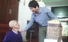 Đồng chí Lê Hồng Sơn thăm, tặng quà gia đình chính sách, người có công với cách mạng