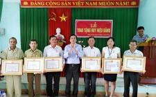 Nghĩa Thắng  trao tặng Huy hiệu Đảng cho các đảng viên