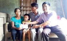 Trao quà cho gia đình có hoàn cảnh khó khăn
