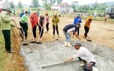 Khởi công xây dựng sân bóng chuyền tại xóm 135