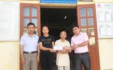 """Ngân hàng CSXH huyện Nghĩa Đàn trao quà chương trình """"cặp lá yêu thương"""""""
