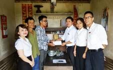 Chi đoàn ngân hàng Nông nghiệp và Phát triển nông thôn chi nhánh Nghĩa Đàn trao quà cho học sinh nghèo