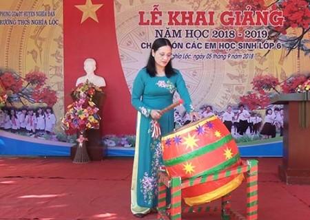 Đồng chí Cao Thị Hiền dự lễ khai giảng tại trường THCS Nghĩa Lộc