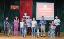 Nghĩa Bình trao thưởng cho học sinh giỏi các cấp