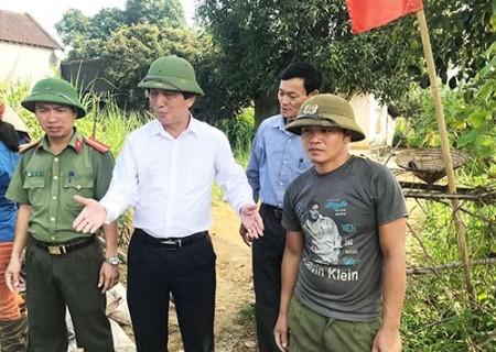 Đồng chí Lê Hồng Sơn kiểm tra tình hình thực hiện chương trình xây dựng NTM tại xóm 135 xã Nghĩa Đức