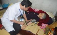 Thăm khám, cấp thuốc cho Mẹ Việt Nam anh hùng