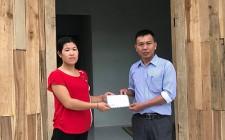 Trao tiền hỗ trợ làm nhà cho hộ nghèo
