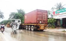 Tai nạn giao thông khiến xe công te nơ hư hỏng nặng