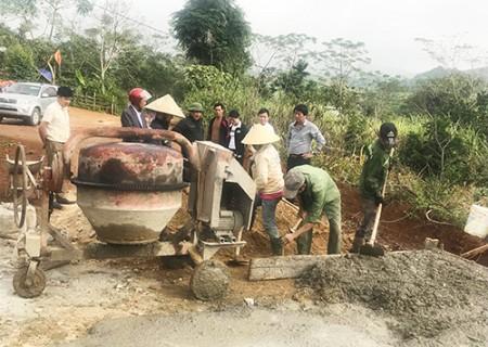 Chủ tịch UBND huyện Nghĩa Đàn kiểm tra tiến độ xây dựng các tuyến đường NTM