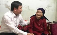 Cơ quan UBND huyện Nghĩa Đàn trao quà phụng dưỡng mẹ Việt Nam anh hùng