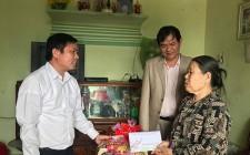Đồng chí Võ Tiến Sỹ tặng quà các gia đình chính sách, hộ nghèo