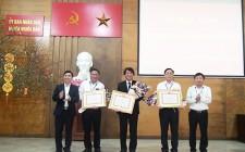 Cơ quan UBND huyện Nghĩa Đàn trao tặng huy hiệu 30 năm tuổi Đảng