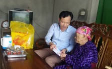Cơ quan UBND huyện Nghĩa Đàn tặng quà mẹ liệt sỹ