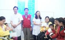 Hội CTĐ huyện Nghĩa Đàn tặng 20 suất quà cho bệnh nhân