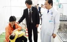 Đồng chí Lê Hồng Sơn thăm, chúc tết, động viên các y, bác sĩ và bệnh nhân đang điều trị tại TTYT Nghĩa Đàn