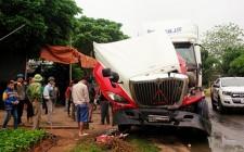 Tai nạn giao thông làm xe đầu kéo hư hỏng nặng