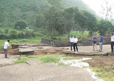 Đồng chí Lê Hồng Sơn kiểm tra một số công trình ách yếu trên địa bàn