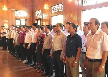 Đảng bộ huyện Nghĩa Đàn dâng hương, dâng hoa tại Khu di tích Kim Liên, Nam Đàn