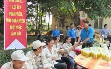 Gần 1000 cốc nước mía, nước đậu miễn phí đến tận tay công nhân lao động