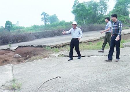 Đồng chí Lê Hồng Sơn kiểm tra một số công trình hồ đập trên địa bàn