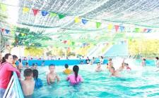 Dạy bơi cho các em học sinh