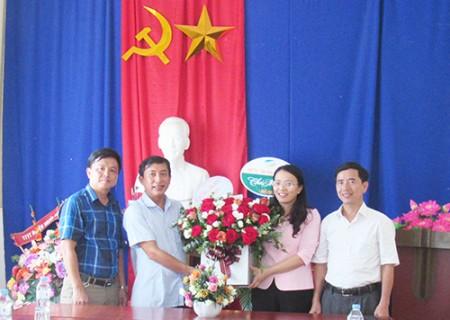 Lãnh đạo huyện và các cơ quan, đơn vị chúc mừng Đài TT - TH Nghĩa Đàn