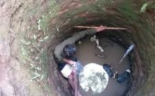 Phát hiện cụ ông rơi xuống giếng bỏ hoang