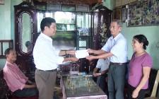 Hội Bảo trợ Người khuyết tật và trẻ mồ côi huyện Nghĩa Đàn tặng quà nạn nhân chất độc da cam