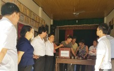Thường trực Huyện ủy Nghĩa Đàn kiểm tra việc bỏ phiếu lấy ý kiến của cử tri về việc sáp nhập xã tại xã Nghĩa Liên